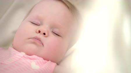 закрытыми глазами : Beautiful baby girl sleeping in crib. Close up of sleeping child face. Kid tenderness. Sweet dream lullaby. Infant sleeping in bed. Child love concept. Portrait of kid resting with closed eyes