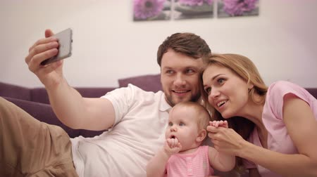 amor : Family selfie photo at home. Happy husband and wife taking picture with little baby. Man taking photo with happy family. Sweet parenting. Togetherness love. Parent take selfie picture with daughter