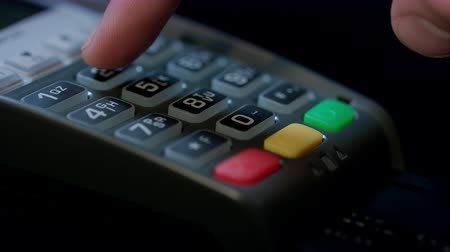 leitor : Use credit card. Man hand using credit card in pos terminal. Finger enter pin code. Banking services of electronic money. Credit card machine for money transaction. Global digital economics