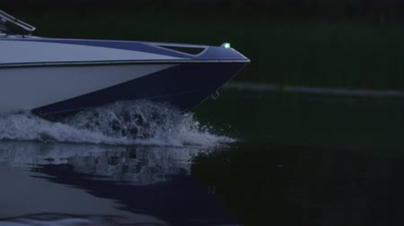 моторная лодка : Speedy motor boat floating on river in evening. Close up of boat bow moving on water. Cruising on luxury yacht. Boating on lake. Fast moving modern powerboat Стоковые видеозаписи