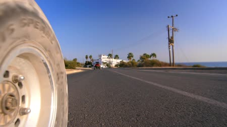 дюна : Sand buggy car wheel road. View of asphalt road at level of racing buggy wheel. View from dune buggy going on city road
