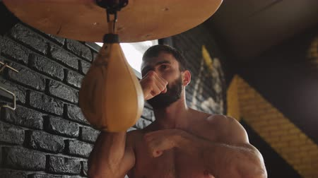 boksör : Man hitting speed bag in gym. Modern boxer punching bag in gym. Sportsman training hard in slow motion. Kickboxer training with speed bag. Man boxer training hard for fight