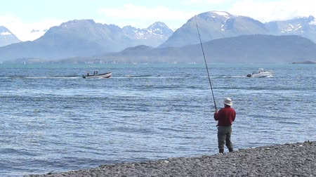 рыболовство : Man fishing on the beach of the Kachemak bay near Homer Alaska
