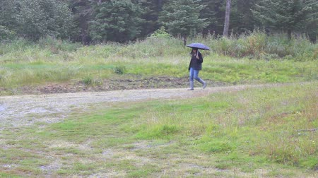 deszcz : Sad woman walking alone in the rain