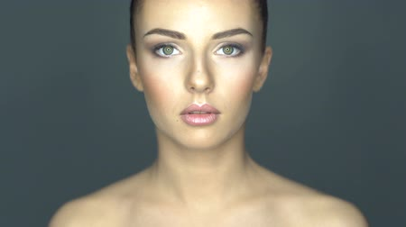 tökéletes : Beautiful young woman face close-up. Healthcare and skin treatment concept.