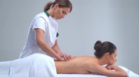 quiropractico : Young woman in spa. Traditional healing therapy and massaging treatments. Health and skin care, massage and recreation concept.