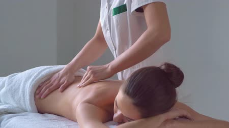 活性化させる : Young woman in spa. Traditional healing therapy and massaging treatments. Health, skin care, massage, osteopathy and recreation.