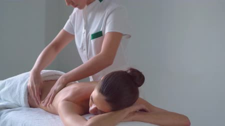 osteopata : Young woman in spa. Traditional healing therapy and massaging treatments. Health, skin care, massage, osteopathy and recreation.