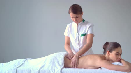 genezing : Jonge vrouw in spa. Traditionele helende therapie en massages. Gezondheid, huidverzorging, massage, osteopathie en recreatie. Stockvideo