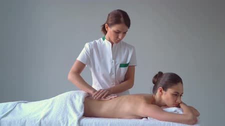 quiropractico : Young woman in spa. Traditional healing therapy and massaging treatments. Health, skin care, massage, osteopathy and recreation.