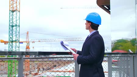 colarinho branco : Real estate developer. New office construction. Confident business men or architect in front of modern office building. Stock Footage
