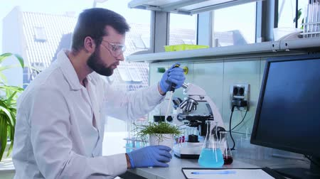 escopo : Scientist working in lab. Doctor making microbiology research. Biotechnology, chemistry, bacteriology, virology, dna and health care concept. Vídeos