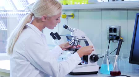 szczepionka : Female scientist working in modern lab. Doctor making microbiology research. Biotechnology, chemistry, bacteriology, virology, dna and health care concept.