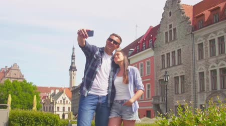 casal : Couple of tourists traveling and exploring beautiful old town. Loving man and woman in a vacation trip. Stock Footage