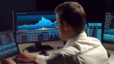 currency trading : Broker working in office using workstation and analysis technology. Workplace of professional trader. Global financial markets, business strategy, currency exchange and banking.