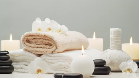 aromaterapia : Spa background. Towel, candles, flowers, stones and herbal balls. Massage, oriental therapy, wellbeing and meditation.
