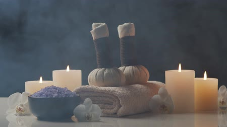 procedimento : Spa background. Towel, candles, flowers, stones and herbal balls. Massage, oriental therapy, wellbeing and meditation.