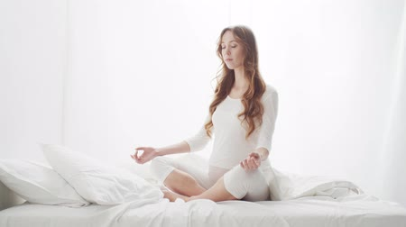 дзен : Happy pregnant woman meditating. Pregnancy, motherhood, and expectation concept