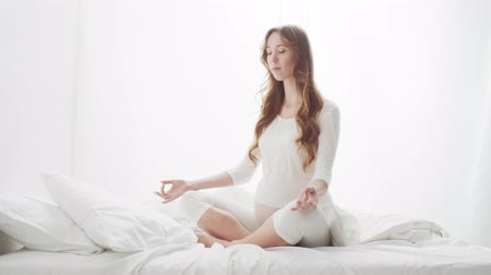 expectativa : Happy pregnant woman meditating. Pregnancy, motherhood, and expectation concept