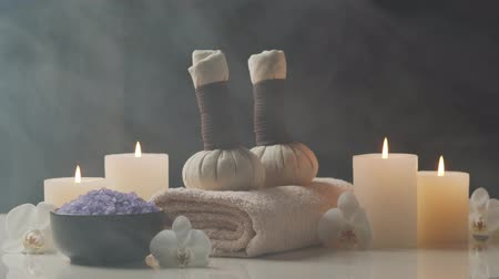 composição : Spa background. Towel, candles, flowers, stones and herbal balls. Massage, oriental therapy, wellbeing and meditation.