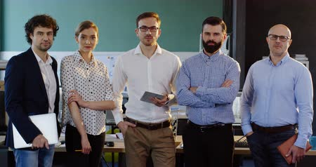 консалтинг : Portrait shot of smiled multi-ethnical business team posing in the modern office. Male and female office workers. Indoor