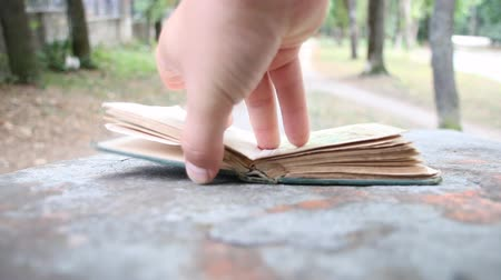 página : Hand closes the book, end of story or university graduate concept