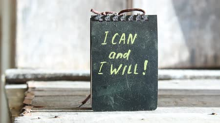 motivasyonel : I can and I will, yellow lettering on a black plate.