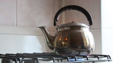 konvice : Simmering whistling kettle on the old stove. Dostupné videozáznamy