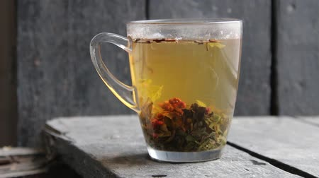 te verde : green tea with raspberries on a vintage windowsill, making tea Filmati Stock