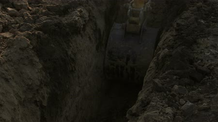 hidráulico : Excavator on construction site dripping long trench. Excavator dripping trench for gas pipeline Stock Footage