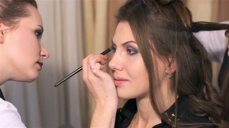 grzebień : Attractive model to have makeup artist. Woman visits beauty salon. Creating individual hairstyles and makeup in beauty salon