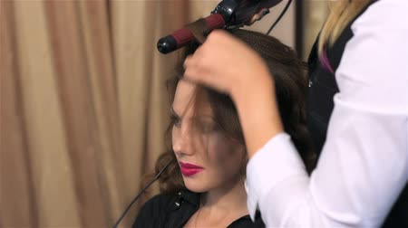 grzebień : Completion of hairstyle. Woman visits beauty salon. Creating individual hairstyles in beauty salon