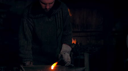 warsztat : Anvil shape heated metal. Man working at the forge. Worker heavy metallurgy Wideo