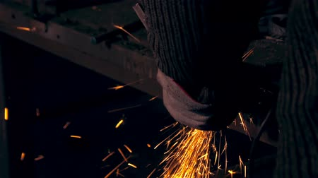 soldagem : A lot of sparks when cutting metal . Man working at the forge. Worker heavy metallurgy