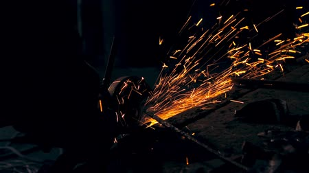 soldagem : Cutting metal rod. Sparks. Man working at the forge. Worker heavy metallurgy Vídeos