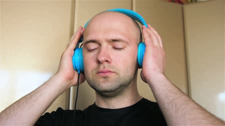 ouvido : Man in headphones for first time heard heavy metal. Meloman enjoys modern music Vídeos