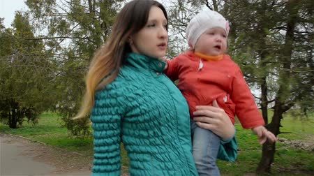 жесткий : Tired woman goes from work and carries in hands of purchase and little daughter Стоковые видеозаписи