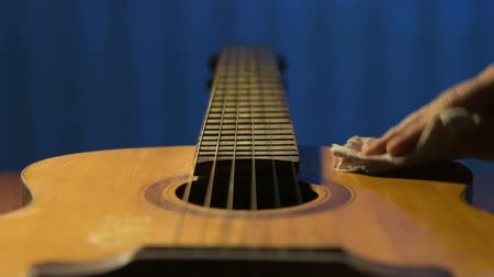 řemeslníci : Guitarist gently rubs body of his acoustic guitar