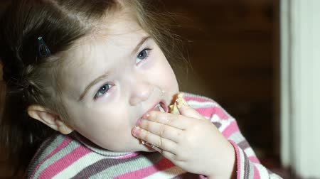 jíst : Little girl eating cookies in slow motion Dostupné videozáznamy