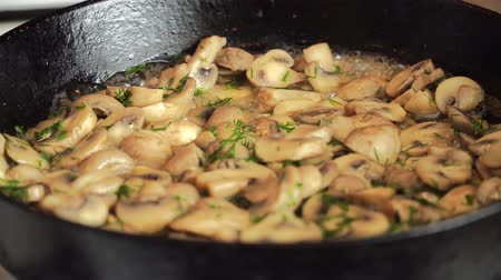 baixo teor de gordura : Champignons with spices fried in black pan at festival of street food
