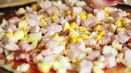 cozinhar : Close up of pizza is sprinkled with canned corn Stock Footage