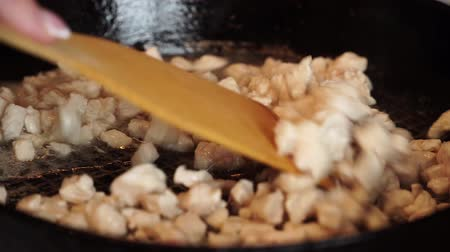 baixo teor de gordura : Stirring meat in pan with wooden spoon