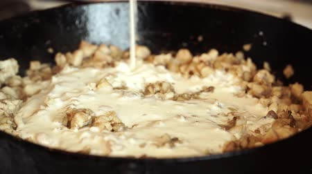 baixo teor de gordura : In hot fried mushrooms in pan pour white sauce