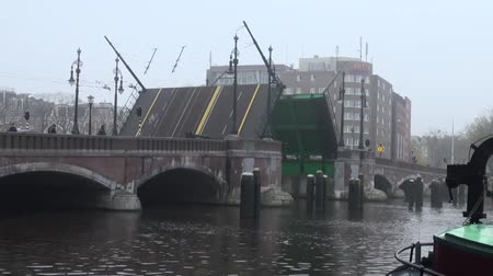 amsterodam : Opening of the bridge on the canal and canal barges in Amsterdam Dostupné videozáznamy