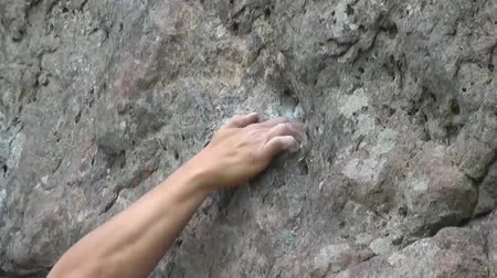 wspinaczka : close-up of a hand climber who clings to the stone Wideo