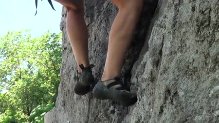biztonság : foot climber who are trying to find a focus