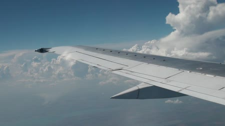 piloto : Wing of airplane flying above the clouds in the sky Stock Footage