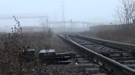 rachotit : Railway rails arrows on the tracks in fog Dostupné videozáznamy