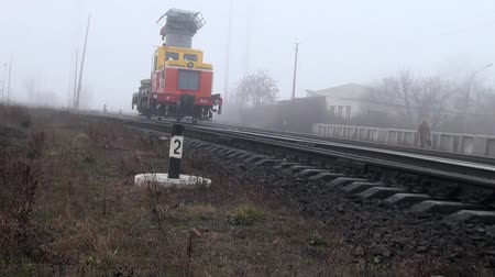 rachotit : Work train moves on rails paths in fog Dostupné videozáznamy