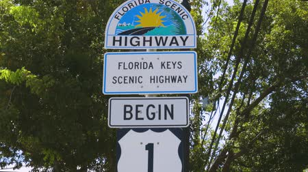 direzione : Splendida vista dell'area intorno all'indicatore US Highway 1 Mile 0. Key West. Florida USA 07092019 Filmati Stock